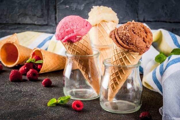 夏の甘いベリーとデザート、様々なアイスクリーム風味のコーンピンク(ラズベリー)、バニラ、チョコレートとダークミント