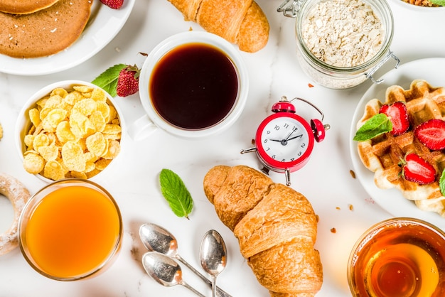 Разнообразная утренняя еда на завтрак