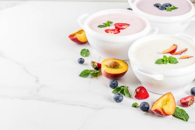 さまざまな甘いクリーミーなフルーツとベリーのスープ