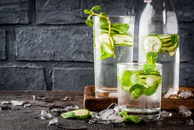 Летний свежий напиток со льдом, вода с мятой и огурцом, летний полезный коктейль детокс мохито