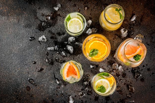 夏のヘルシーなカクテル、さまざまな柑橘系の水、レモネードまたはモヒートのセット、ライムレモンオレンジグレープフルーツ、ダイエットデトックス飲料