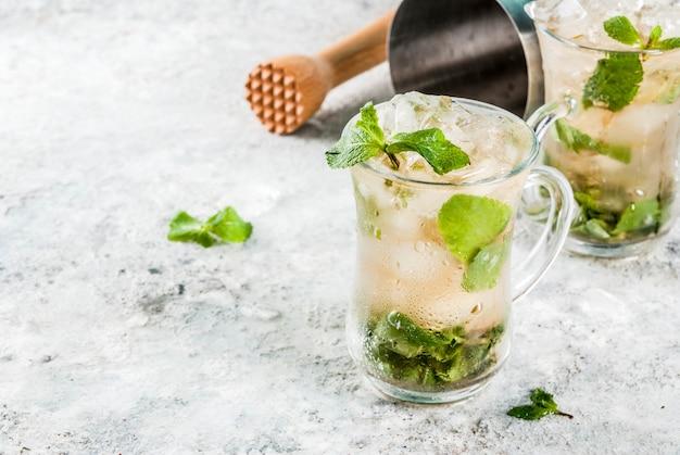 冷たい夏の飲み物、ミントジュレップカクテルドリンク