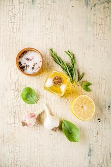 トレンディなビーガンフードレシピ、チーズズッキーニスパゲッティパスタ、卵黄とパルメザンチーズ、オリーブオイル、バジルの葉、軽いコンクリートテーブル