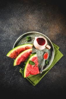 Домашний кисло-сладкий арбузный соус, темный ржавый столешница
