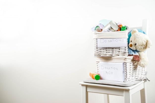 服、おもちゃ、食べ物が入った募金箱