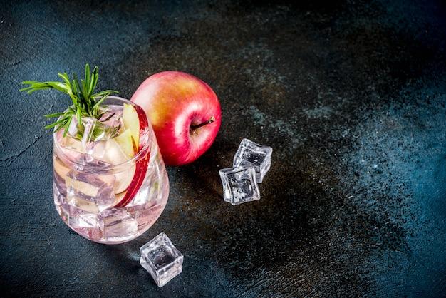 Яблочный холодный коктейль с розмарином