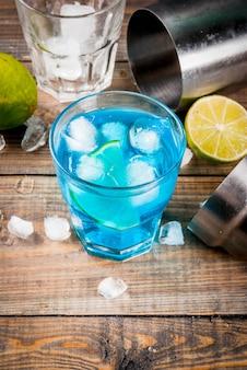 カラフルな夏の飲み物、ライムとミントのアイスブルーラグーンアルコールカクテルドリンク