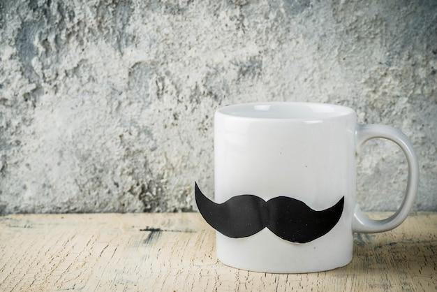 Счастливая концепция день отцов с чашкой чая