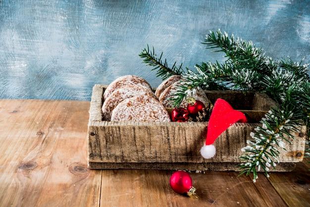 クリスマスツリーと古典的なクリスマスジンジャーブレッドクッキー