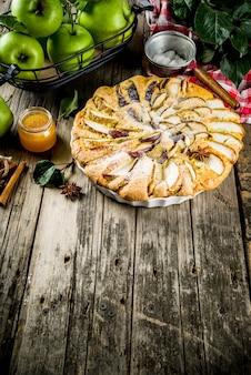 Домашний яблочный пирог с бисквитом