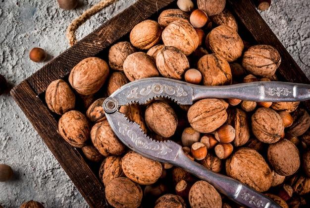 Различные орехи и щелкунчик в деревянной коробке