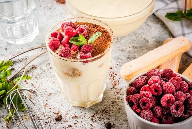 Приготовление итальянской еды десерт тирамису, с ингредиентами