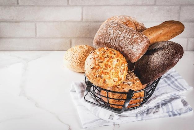 Разнообразие свежего домашнего хлеба