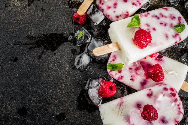 夏の甘いデザート、ラズベリーとヨーグルトの自家製オーガニックアイスクリームアイスキャンディー
