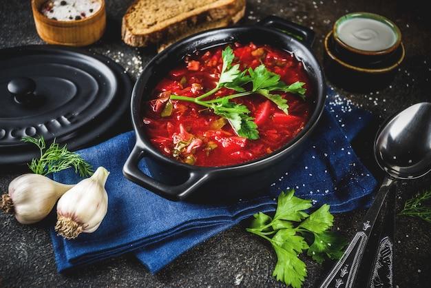 ウクライナのロシアの伝統的な温かい料理-ボルシチスープ