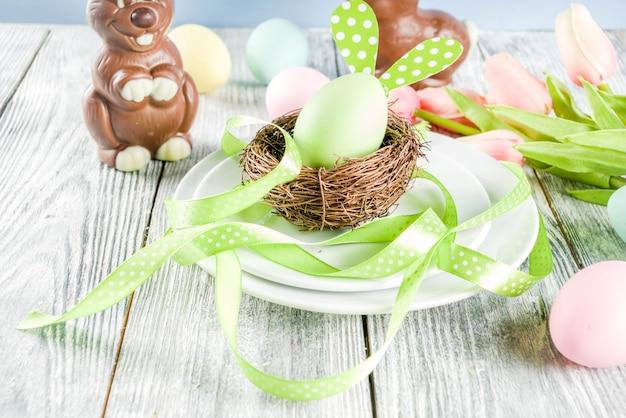 ウサギと卵イースターの休日テーブルの設定