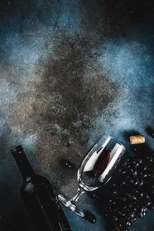 ガラスとブドウの赤ワインのボトル