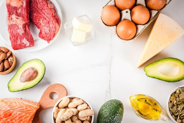 ケトジェニック低炭水化物ダイエットのコンセプト。健康な脂肪を多く含む健康でバランスの取れた食品