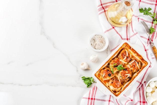 自家製の健康的な食事の夕食、準備された鶏の七面鳥ミートボールとソース