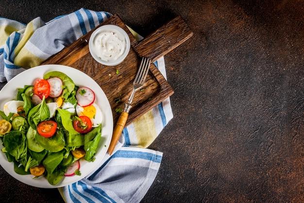 新鮮な春野菜のサラダ
