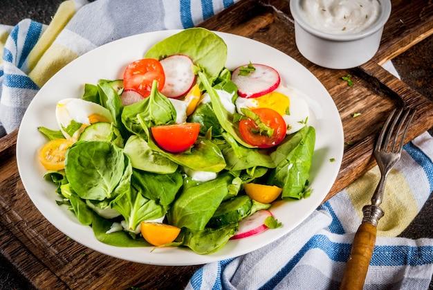 Салат из свежих весенних овощей