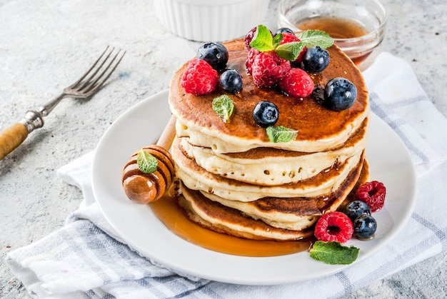 Здоровый летний завтрак, домашние классические американские блины со свежей ягодой и медом