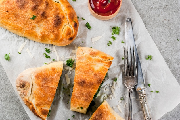 イタリア料理、ほうれん草とチーズのピザカルツォーネ