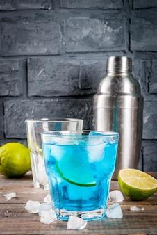 Красочный летний напиток, ледяной синий лагуна, алкогольный коктейль