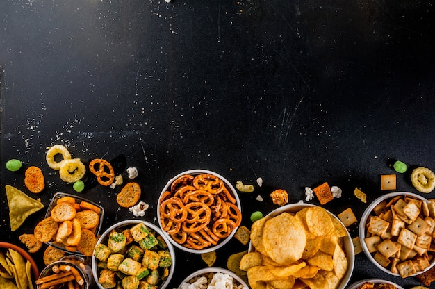 Вариация: различные нездоровые закуски, крекеры, сладкий соленый попкорн, лепешки, орехи, соломка, брецель