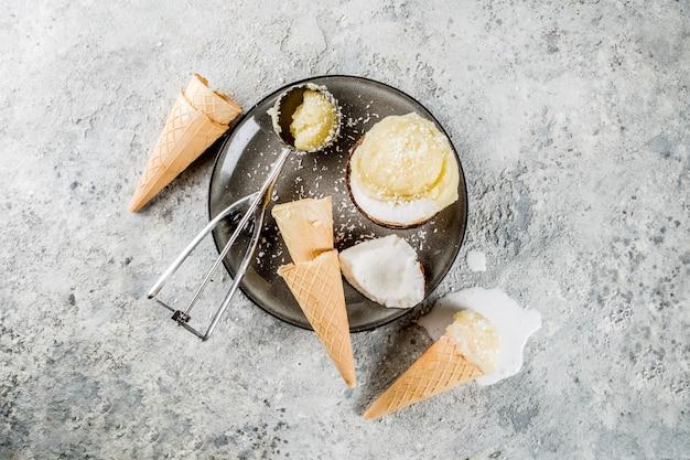 夏のヘルシーなデザート、有機ビーガンココナッツアイスクリーム