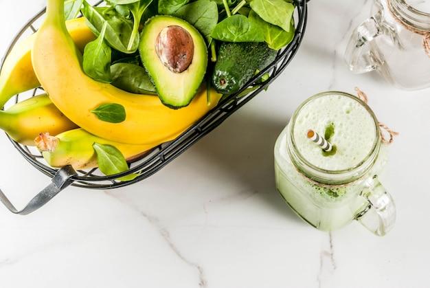 Здоровый смузи с бананом и шпинатом