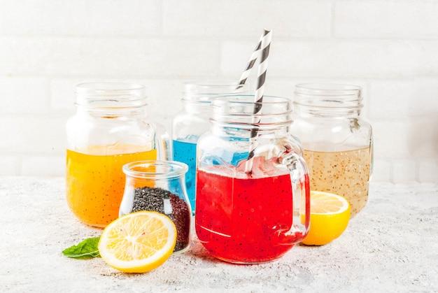 Набор различных напитков из семян чиа, коктейли из тропических фруктов