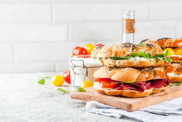Разнообразные домашние бутерброды с бубликами с кунжутом и маком