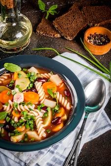 フジッリパスタとイタリアの野菜スープミネストローネ