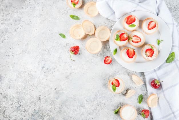 Летний сладкий домашний десерт, мини чизкейки с клубникой
