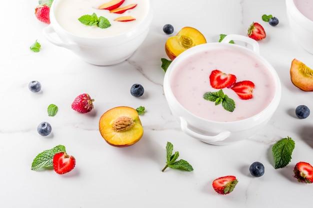 夏のヘルシーダイエットディナー、ビーガンフード、デザート、さまざまな甘いクリーミーなフルーツ&ベリースープ