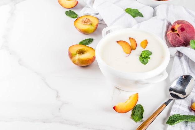 甘いクリーミーな桃のスープ、ビーガンの夏の食べ物