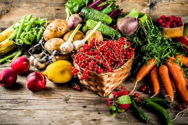 Свежие летние фрукты, ягоды и овощи