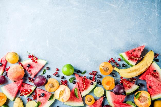 Летняя концепция витаминной пищи, различные фрукты и ягоды