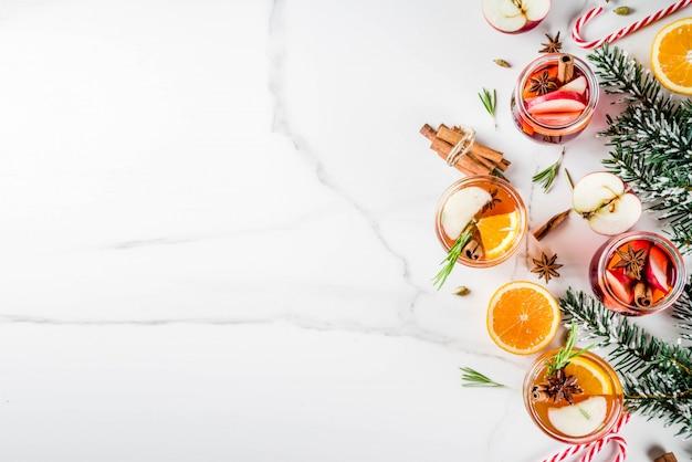 伝統的な冬の飲み物、白と赤のグリューワインカクテル、