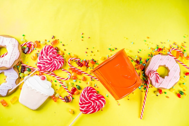 ハロウィーンのお菓子のコンセプト、お祝いカボチャの形のバケツ、お菓子やキャンディーでいっぱい