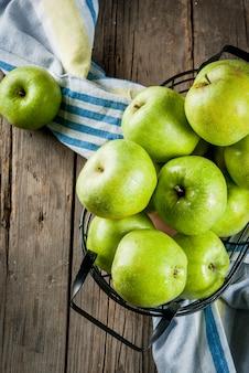 新鮮な生の有機農場の青リンゴ