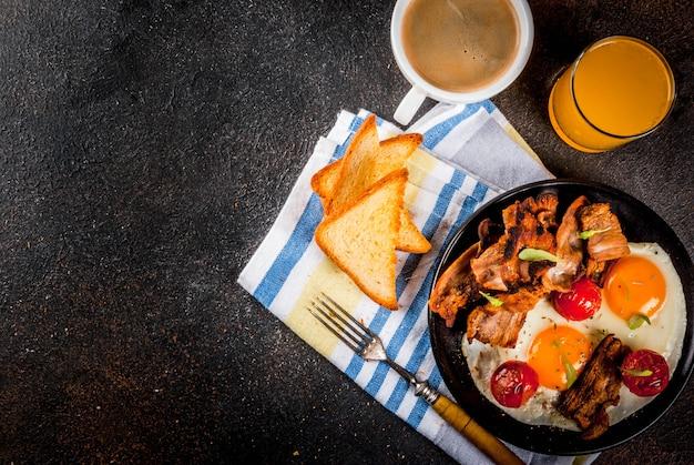 伝統的な自家製イングリッシュアメリカンの朝食、目玉焼き、トースト、ベーコン