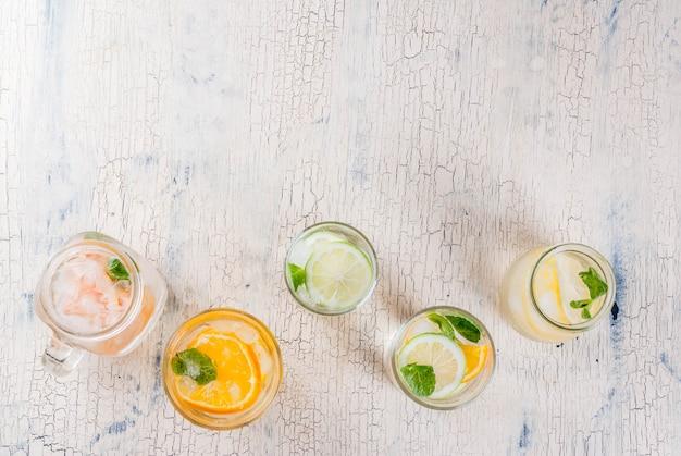 夏のヘルシーなカクテル、さまざまな柑橘系の水、レモネードまたはモヒートのセット
