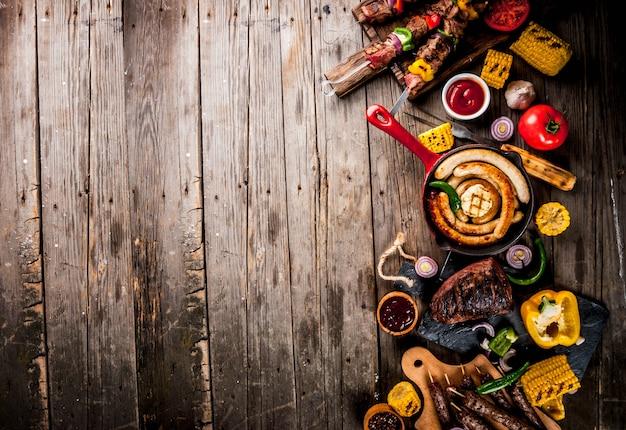 Ассортимент различных блюд барбекю, гриль, мясо, барбекю, вечеринка, еда