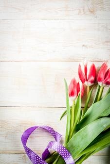 おめでとう、グリーティングカードのバレンタインデーの背景。新鮮な春のチューリップの花
