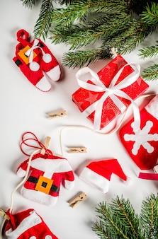 Новогодний фон с подарочными коробками и елкой