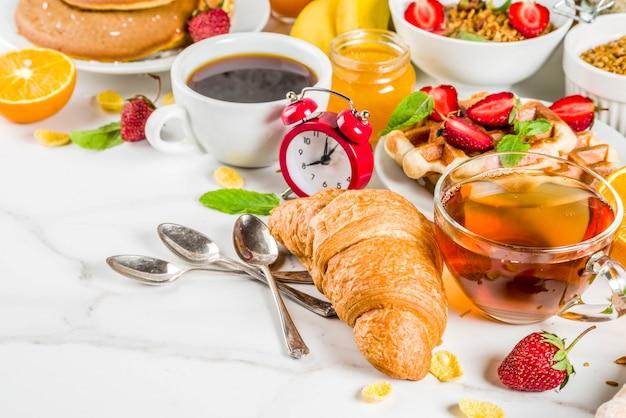 Разнообразная утренняя еда на завтрак.