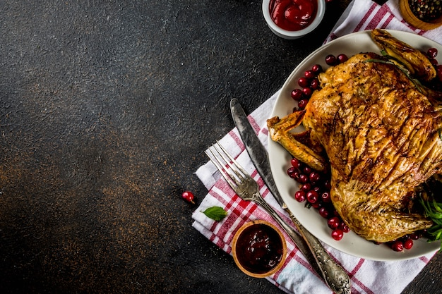 Рождество, еда на день благодарения, запеченная жареная курица с клюквой и зеленью