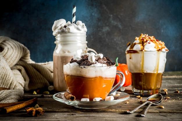 秋冬の温かい飲み物、ホットチョコレート、カボチャのラテ、キャラメルとピーナッツのコーヒーラテ、グリューワイン